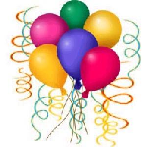 Grupo de globos de colores diversos rodeados con tiras de papel