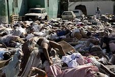 se apiñan los cadáveres aunque su traslado en motoniveladoras y camiones a las fosas comunes...