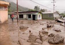 le tocó el turno a La Paz. todo un cerro se deslizó. las casas cayeron como en juego de dominó