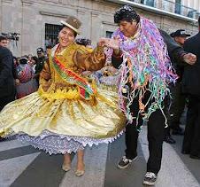 """bailando, o haciendo que baila con una cholita frente al palacio que se le ocurrió """"ch´llar"""""""