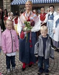 de buen humor, brillante su sonrisa recibió flores de los niños