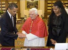 mientras el más poderoso presidente del planeta se inclina ante Benedicto XVI