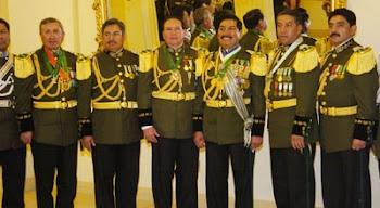 militares vestidos con el Uniforme Núm. Uno con charreteras y oropeles