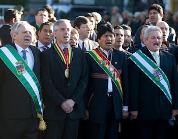 Percy, Alvaro, Evo y Rubén Costas entonan el himno nacional