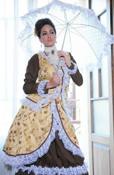 con la sombrilla de seda una dama antigua vistió sus galas