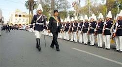frente a la Gobernación Evo pasa revista a un batallón del Colegio Militar