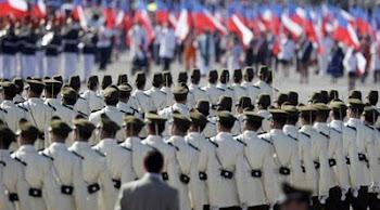 policías chilenos damas y caballeros desfilan por los 200 años de libertad