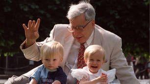 el científico tiene dos hijos fecundados en probeta para probar su método. premio nobel de medicina