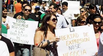 los valientes periodistas que regresaron a las calles son reprimidos por la policía