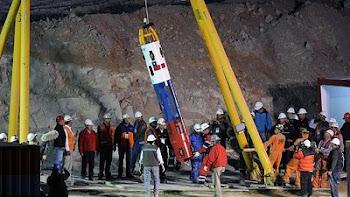 la cápsula Fénix2, a punto de ser descendida al sitio donde están los mineros
