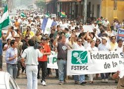 miles de cruceños apoyaron a los periodistas y les siguieron en una marcha