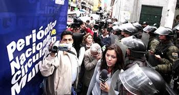 vean cómo pelotones de policías impiden a los comunicadores ingresar a la Plaza