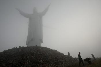 imponente estatua de Cristo recientemente terminada en Polonia. la más alta