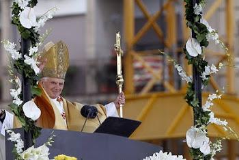 terminado que hubo el rezo del Angelus Benedicto ingresó al altar mayor