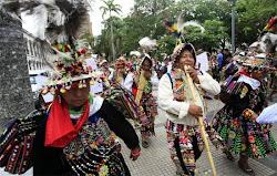 los potosinos se destaparon en Santa Cruz. son sus mejores atuendos del folklore salieron fuera