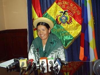 ataviada con sus alajas de cholerío la ministra de justicia Nilda Copa dedicada a complotar