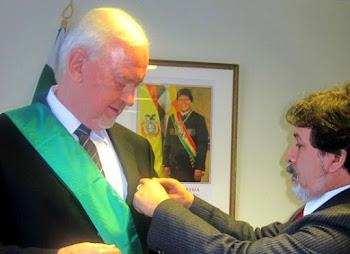 Milton Soto el anodino representante de Bolivia en Suecia entrega el Cóndor de los Andes