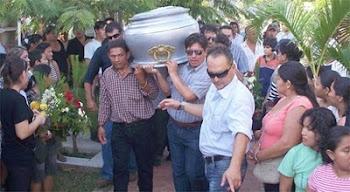 hombre joven de 43 años hermano del gobernador Ronny Suárez es enterrado en medio del dolor masivo