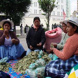 coca gratuita reparten estas mujeres en las afueras del edificio de la Embajada Estadounidense