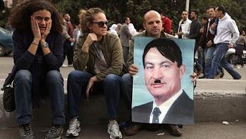 unos jóvenes pintaron sobre el rostro de Mubarak el perfil de Hitler