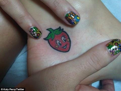 katy perry a londra mostra il suo nuovo tatuaggio