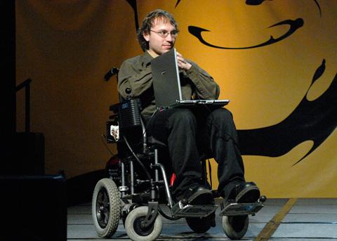 Discapacidad y salud crean una silla de ruedas que se for Silla que se mueve