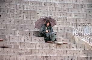 Joaquín Vidal, bajo la lluvia, en el tendido de la plaza de Madrid