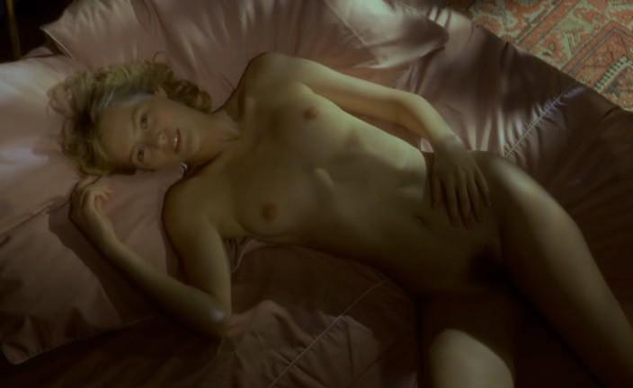 Marie-Ange van de Reeves (Gabrielle Lazure) nue.