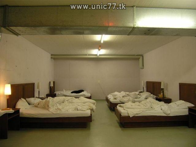 http://1.bp.blogspot.com/_-x7gqq9QJuA/TIYrgO9M83I/AAAAAAAATV8/DpwYF2-3ULo/s1600/zero_star_hotel_16.jpg