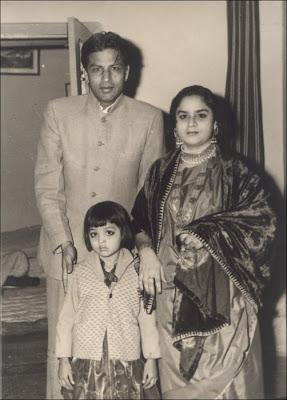 Shahrukh Khan's parents and his sister - 1