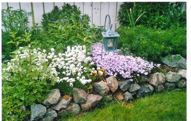 Flower bed designs with rocks home decoration live for Small flower garden in front of house