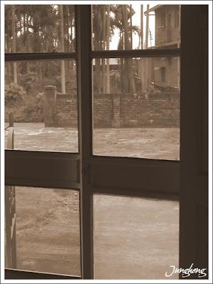 從外婆家門內看外面