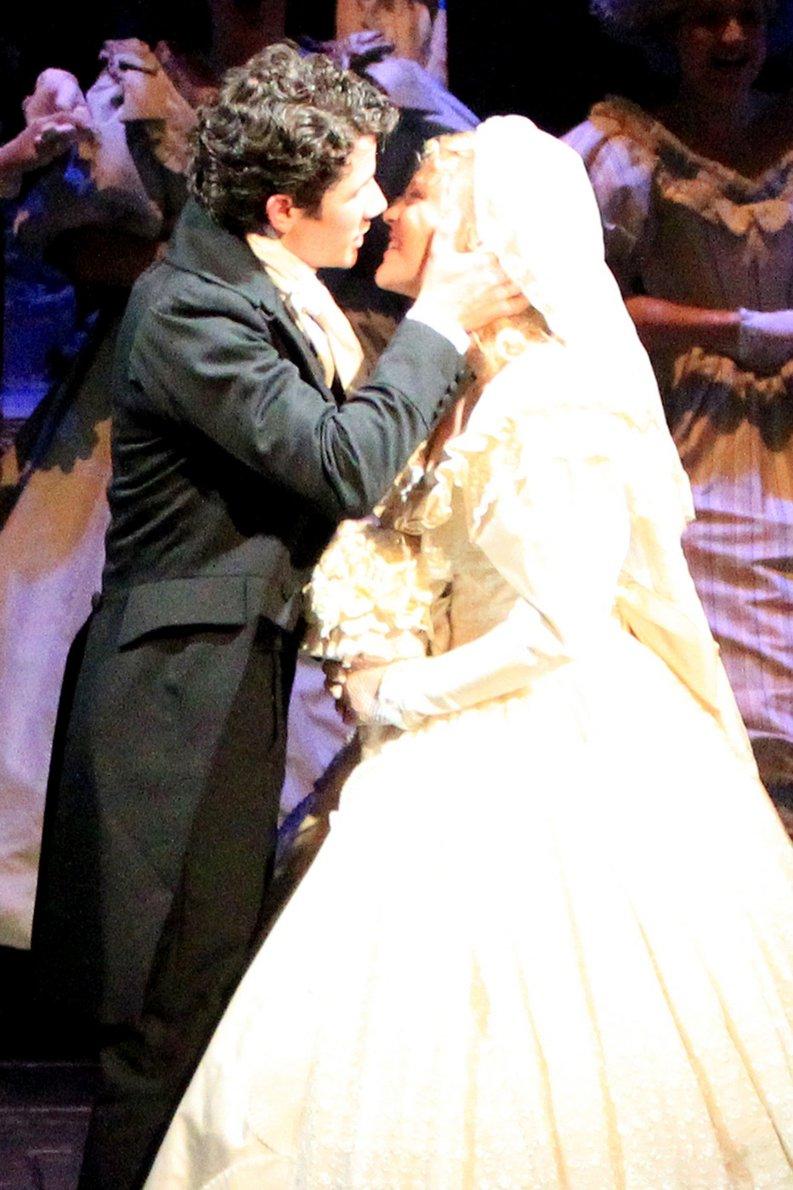 Victoria Justice And Nick Jonas Nick jonas besando a camilla