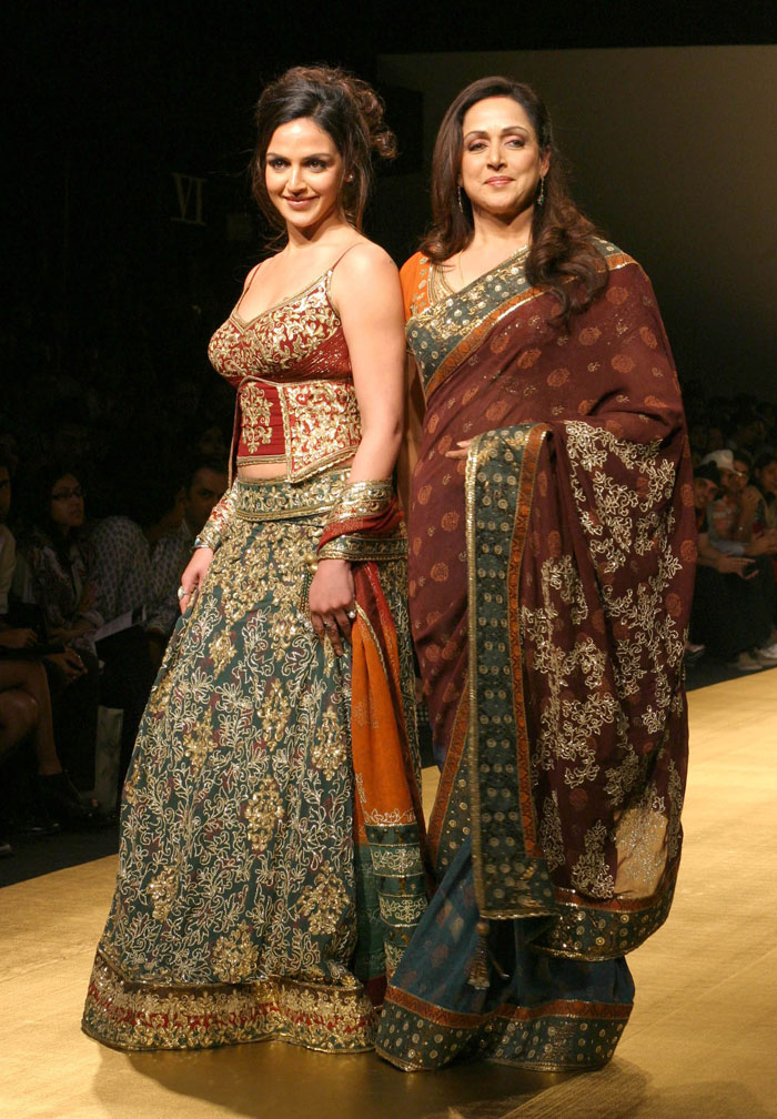 Latest News Esha Deol And Hema Malini Walk The Ramp At Wills Lifestyle India Fashion Week Wifw