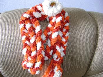 trança laranja e bege com flor de croche