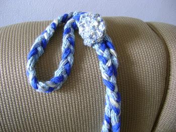 trança azul com flor de croche