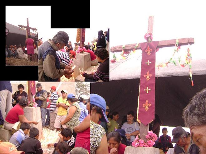 Decenas de fieles al pie de la cruz