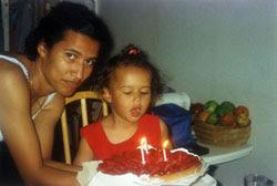 La hija y la nieta de quien da este testimonio, en una fiesta de cumpleaños de la pequeña