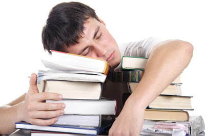 Rapaz a dormir sobre uma montanha de livros - sleep learning