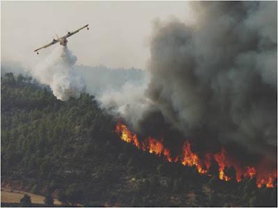 Canadair descargando agua en un incendio