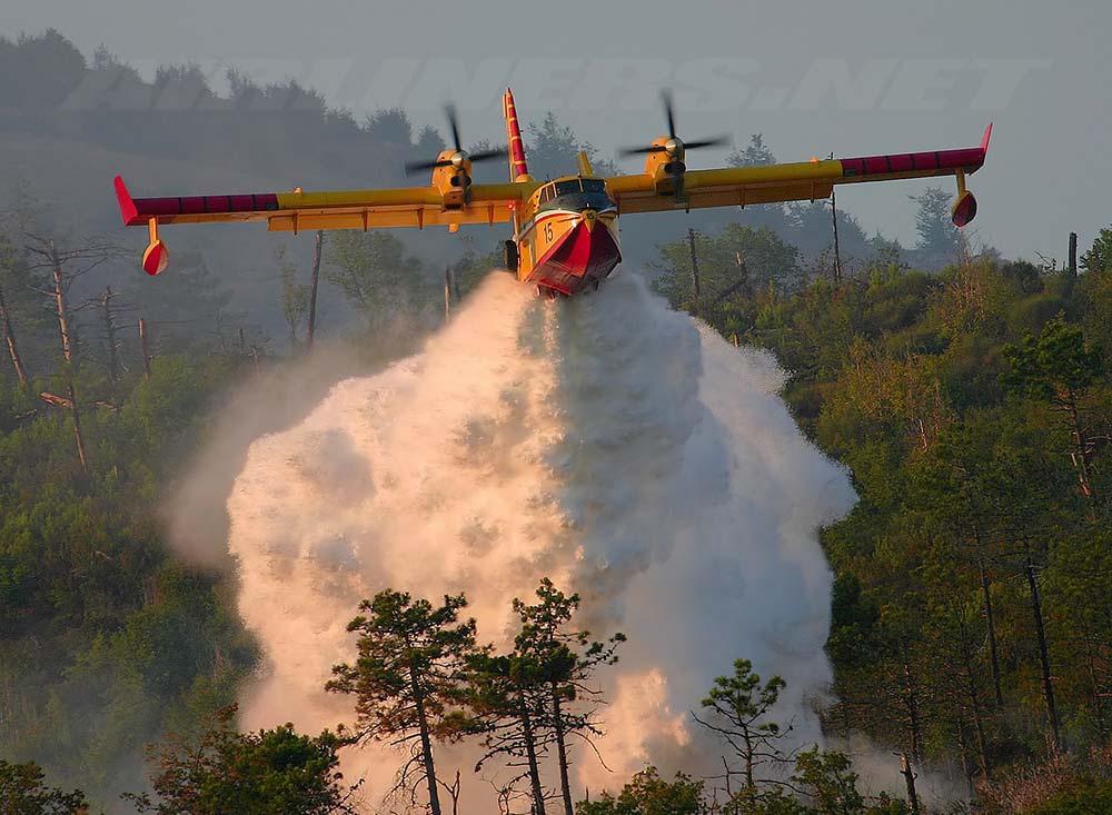Canadair haciendo descarga con espuma