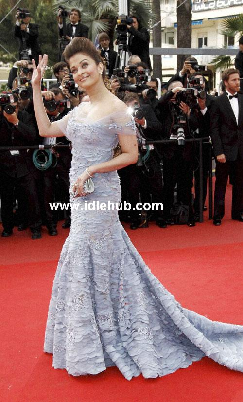 Aishwarya Rai Side Show Full Dress Waving 2010 Cannes Film Festival