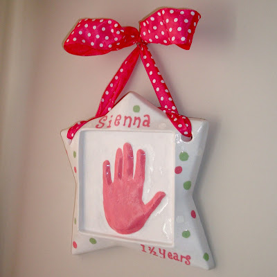 Ten Dollar DIY Hand-print Plaque via lilblueboo.com