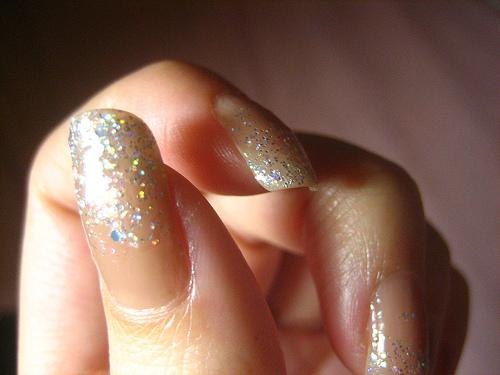 Роспись и дизайн ногтей с блестками требует терпения, усидчивости и определенных творческих способностей.