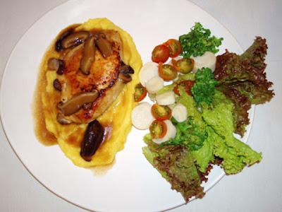 Chão de estrelas, filé de frango recheado com cogumelos shitake acompanhado de purê de mandioquinha e salada