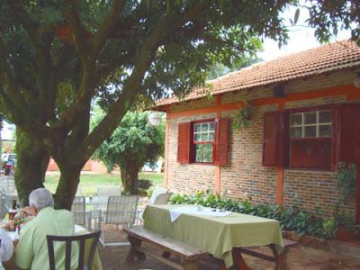 Área externa do Ton's Restaurante acomoda 80 pessoas com conforto