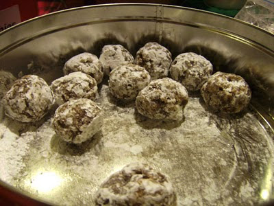 Date balls with powdered sugar