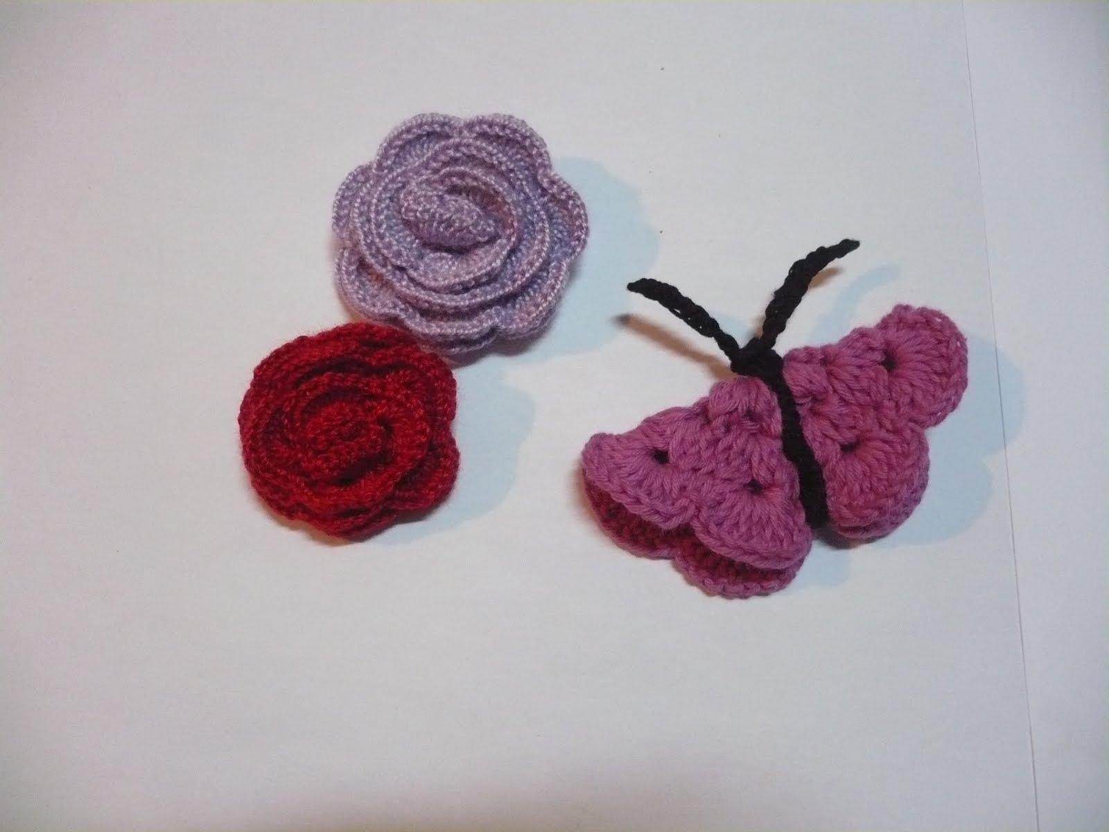 rosas tejidas al crochet de menos cantidad de pétalos y una mariposa ...