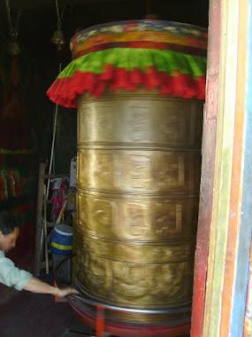Tibet inside. Ruota da preghiera Sera Monastery. Dedicata a tutti.