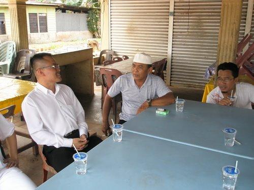 [PA120009+-+(from+left)+Pengerusi+Pas+Cawangan+Parit+Tengah+-+Haji+Salmon+-+Setiausaha+PAS+Parit+Baru+-+Azman+B.+Iburahim.jpg]